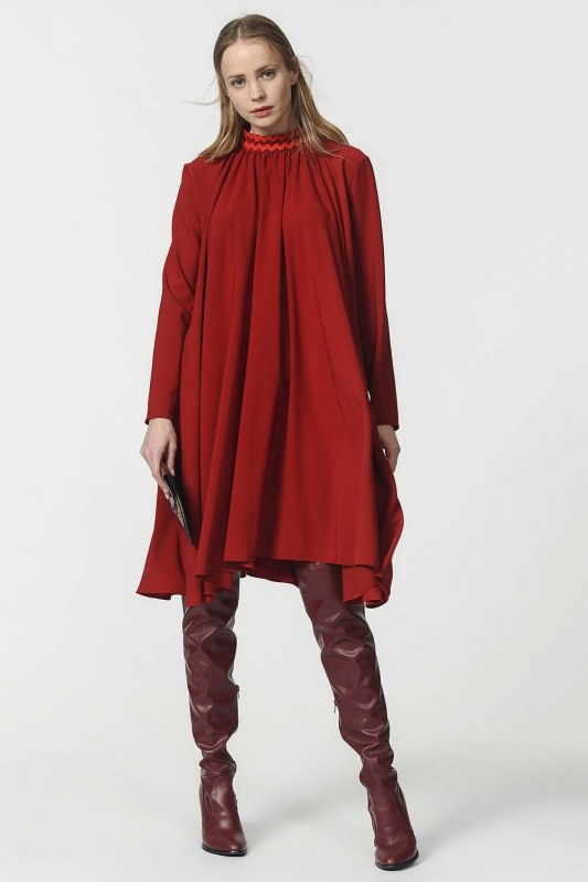 فستان واسع بتفاصيل على الياقة ( عنابي )