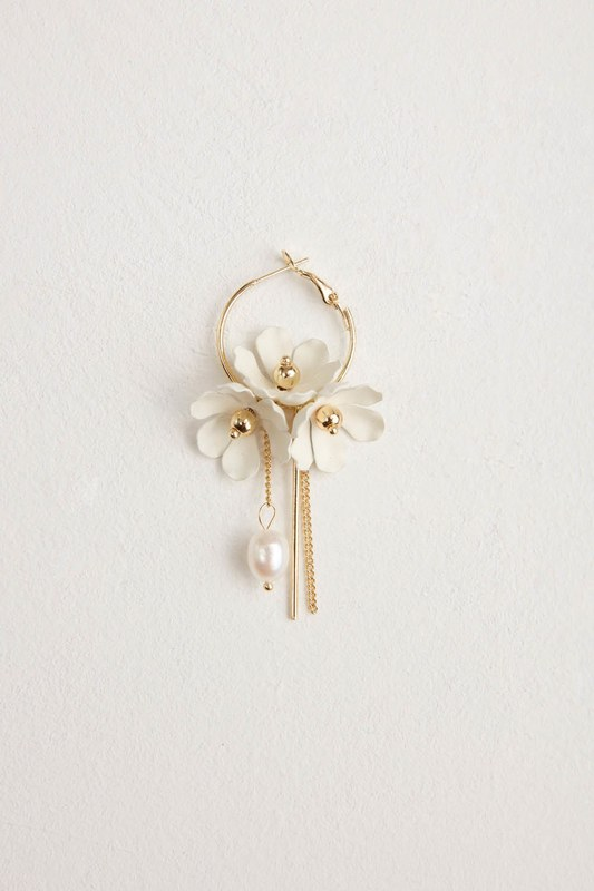 Çiçek Detaylı Halka Küpe (Beyaz)