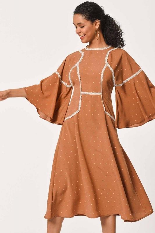 فستان مُنَقَّـط مع تفاصيل الدانتيل(قَـهْوَائِيّ)