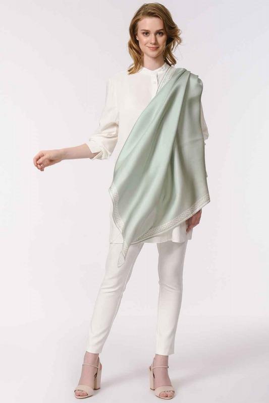 وشاح مربع من الحرير مع حواف نمط (أزرق)