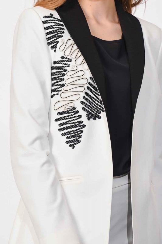 سترة التطريز مفصلة التصميم (أبيض)