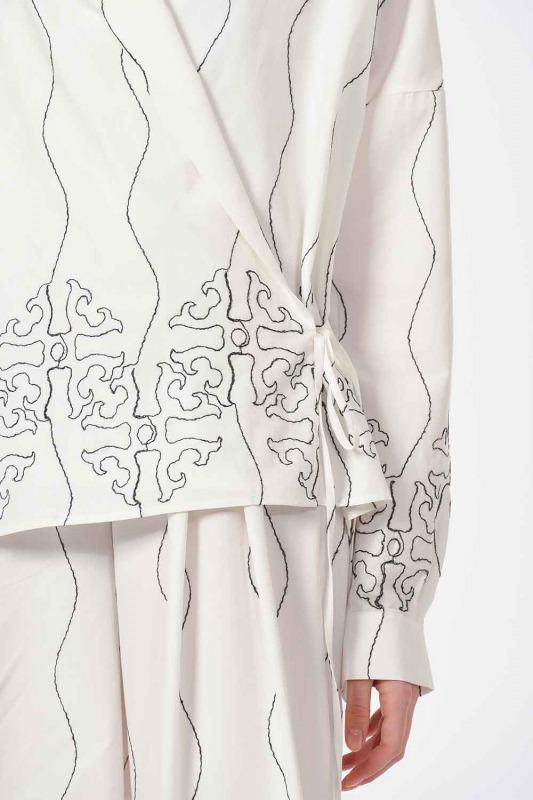 بلوزة مصممة مع التطريز (أبيض)