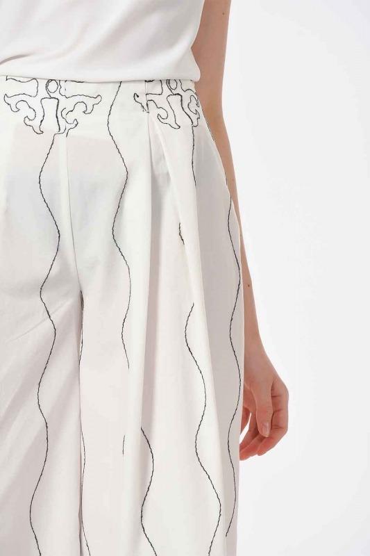 بنطلون مصمم مع تطريز (أبيض)