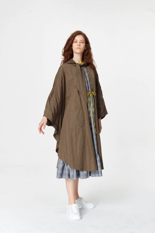 معطف واق من المطر في تصميم المعطف (الكاكي)