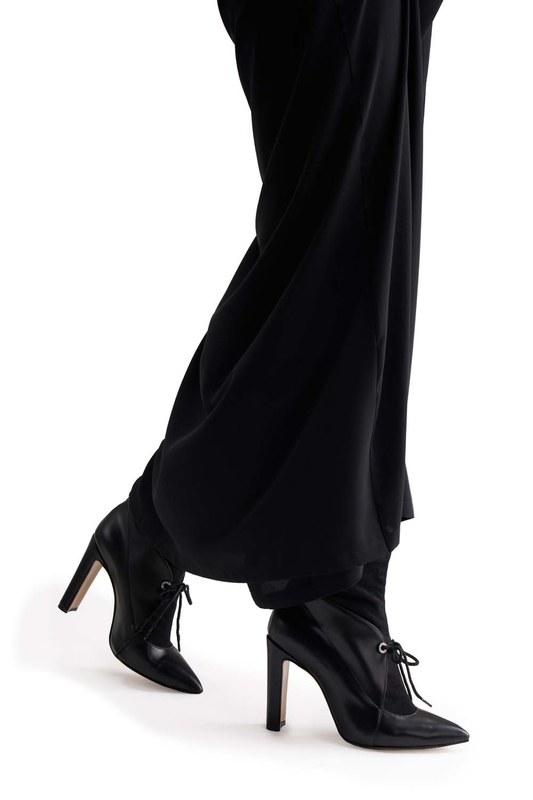 أحذية بكعب مفصل من جلد الغزال (أسود)
